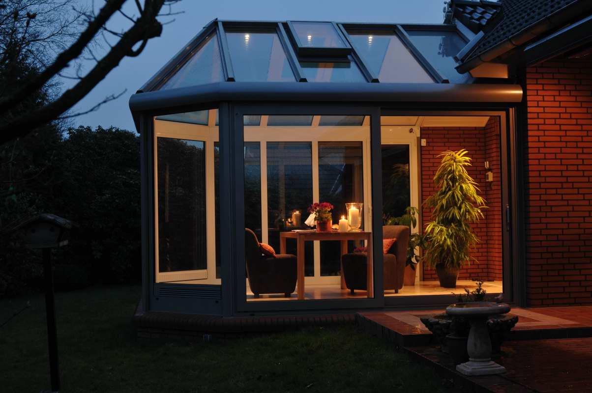Mleczny poliwęglan nie przepuszcza światła, przyciemni mi ogród i dom.